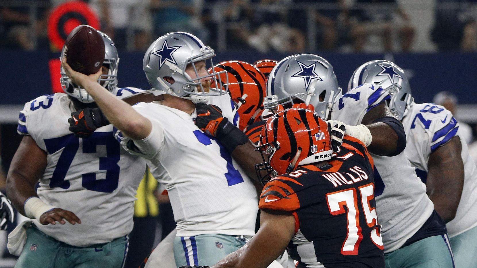 El mariscal de los Cowboys Cooper Rush (7) es abrumado por la defensiva de los Bengals de Cincinnati en el segundo partido de pretemporada. (AP/Michael Ainsworth)