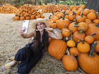 """Ingrid Rodríguez fue una de las primeras en llegar a la exhibición de 90,000 calabazas en el Arboretum. La exposición de este año se titula """"Bugtopia""""."""