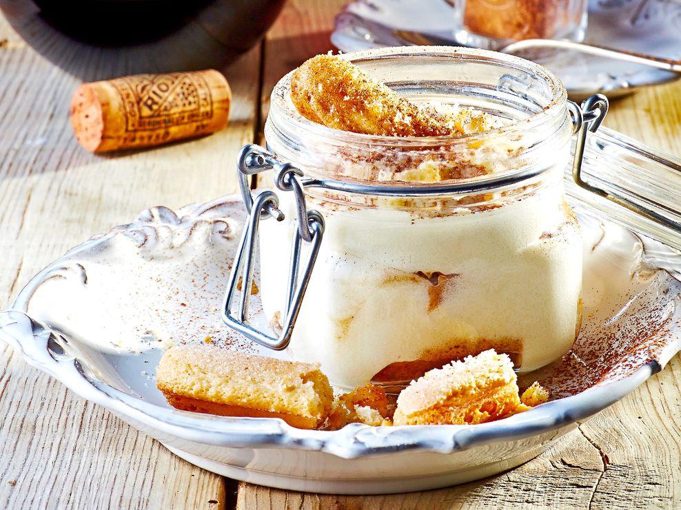 El tiramisú requiere batir el queso mascarpone, la crema y el azúcar hasta tener una mezcla de consistencia esponjosa.