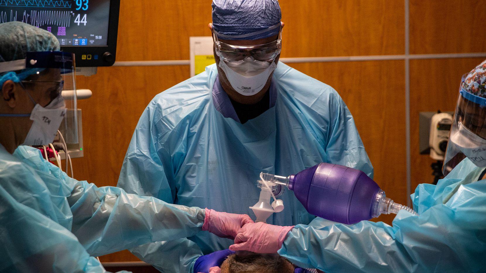Las imágenes de diciembre pasado en la Unidad Táctica de Covid en el Hospital Parkland se están repitiendo con la agresiva variante delta y los bajos índices de vacunación.