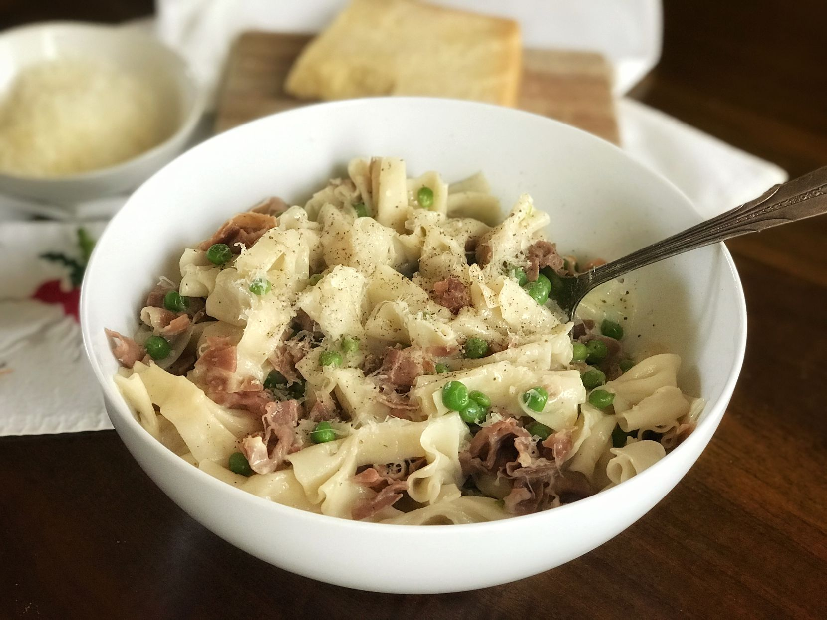 Farfalle pasta with ham and peas