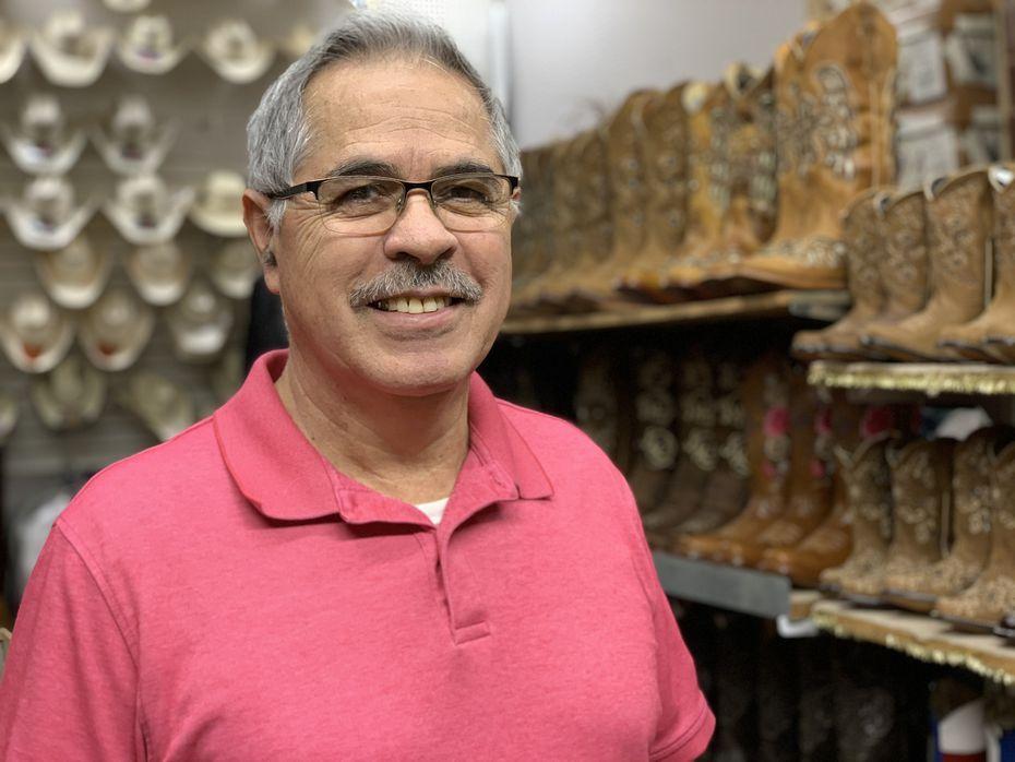 Jaime Tovar, 63, es uno de los vendedores del Harry Hines Bazaar. Por el clima y el coronavirus, sus ventas han bajado hasta 50% comparado con estas fechas en otros años.