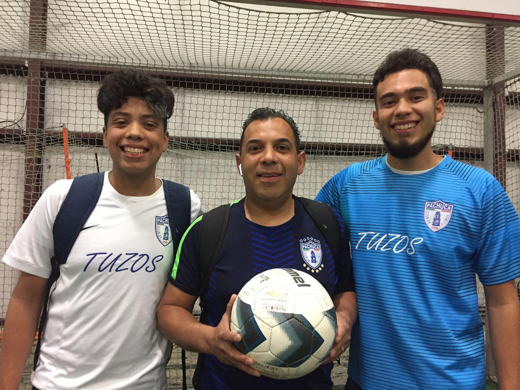 Javier Villeda (centro) junto a sus hijos Kenneth (izq.) y Darío. Foto Carmina Tiscareño, Al Día