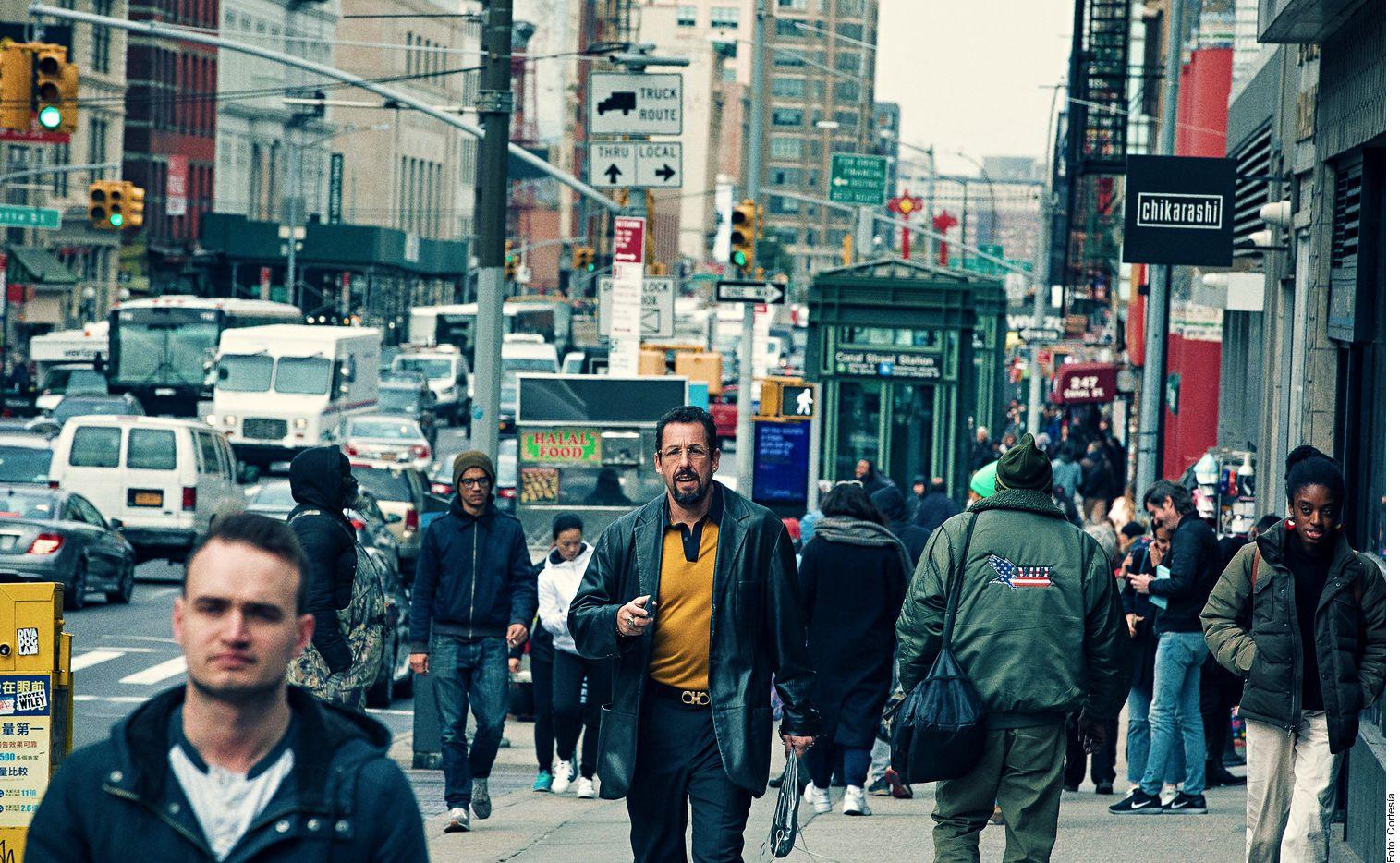 La historia sigue a Howard Ratner (Sandler, centro), quien es dueño de una joyería ubicada en uno de los barrios más exclusivos de  Nueva York; su vida parece marchar sobre ruedas hasta que un robo lo obliga a afrontar una importante deuda económica.
