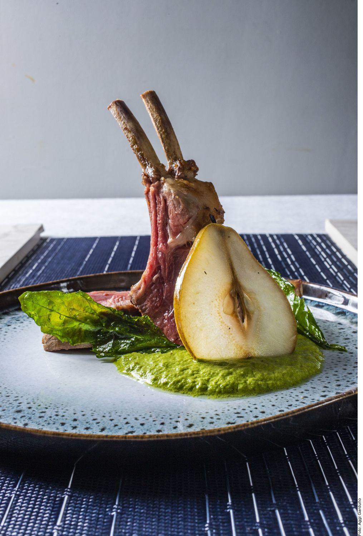 El rack, pipián de pistache y encurtido de pera se puede lograr al precalentar el horno a 160 °C. Incorporar el pan, las hierbas, el ajo, la mantequilla y la clara hasta formar una pasta homogénea.