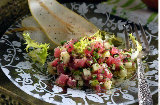Tostadas de atún y pera con soya y limón.