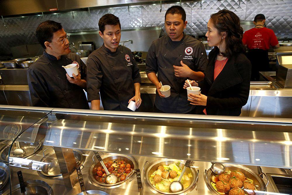 Ejecutivos de Panda Express prueban nuevas recetas y platillos en Pasadena, California. (Don Bartletti/Los Angeles Times)