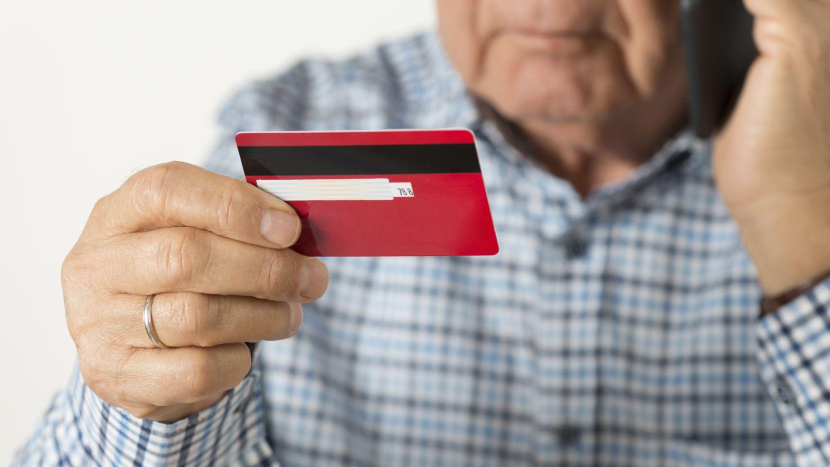 El Departamento de Justicia alertó sobre llamadas de supuestos detectives que buscan obtener datos personales. Los adultos mayores son los más afectados por estas estafas.