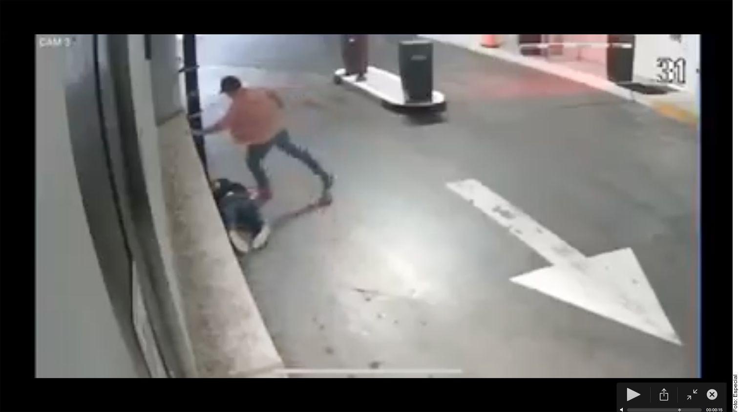 Luis Miranda Barrera (en el piso a la izq.), líder del Partido Verde en Toluca, fue agredido en el estacionamiento de la Plaza Arcos Bosques, en la Alcaldía de Cuajimalpa, según un video que circula en redes sociales.
