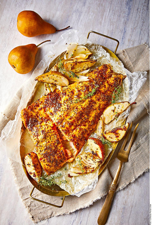 El salmón al horno en cama de pera se elabora al licuar la pera Anjou con la mantequilla. Mezclar con la mostaza, la miel, los ajo y el chile.