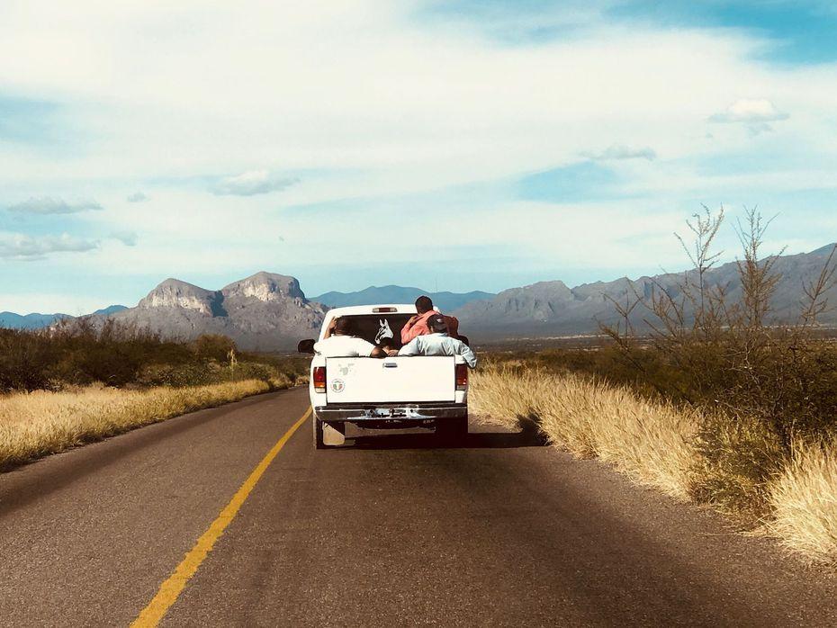 Fermín Compeán (camiseta naranja) viaja en la caja de un vehículo cerca de San Luis de Cordero, Durango, es uno de los mexicanos que dijeron estar preocupados por el aumento de la violencia en México.