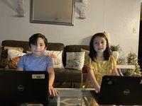 Angel Martínez, de cuarto grado, y Allison Martínez, de tercero, asisten a la escuela primaria John Haley en el Irving ISD.