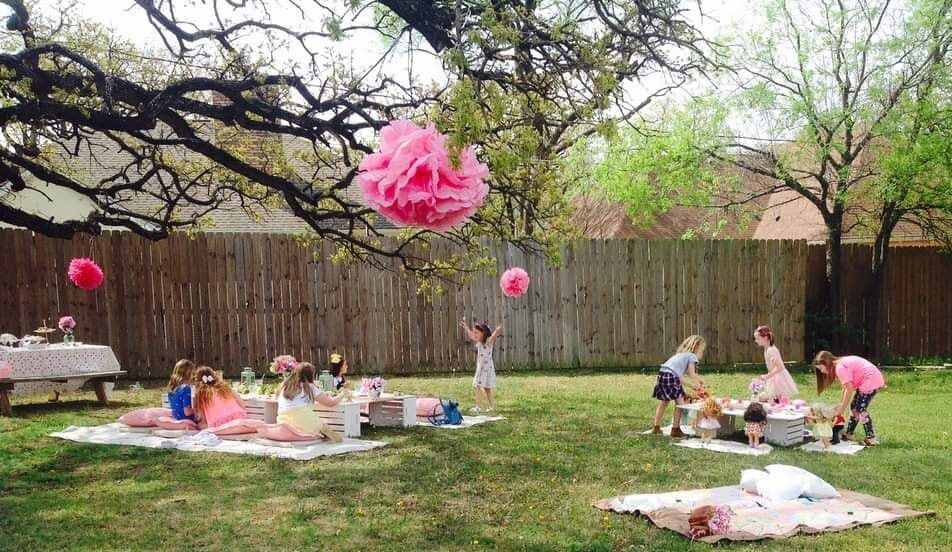 Picnics by Brandi recently hosted a picnic for eight girls and their dolls.