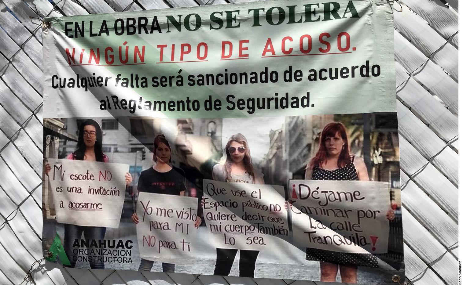 Una pancarta con mensajes en contra del acoso hacia las mujeres en una obra de construcción en la Ciudad de México.(AGENCIA REFORMA)