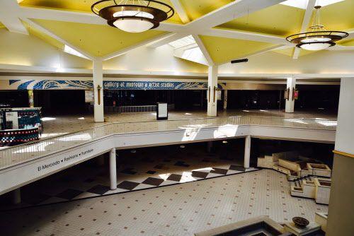 En la enormidad del vacío del Valley View Mall unas pocas tiendas subsisten, pero ahora serán desalojadas. BEN TORRES/ESPECIAL PARA AL DÍA