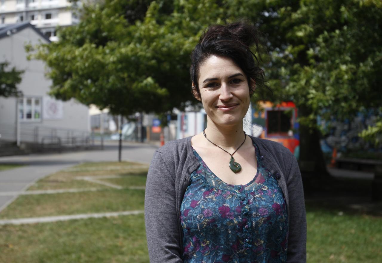 En esta imagen del miércoles 8 de marzo de 2017, Alanna Irving, procedente de San Francisco y que se mudó a Nueva Zelanda hace seis años, posa en Wellington, Nueva Zealand. (AP/NICK PERRY)