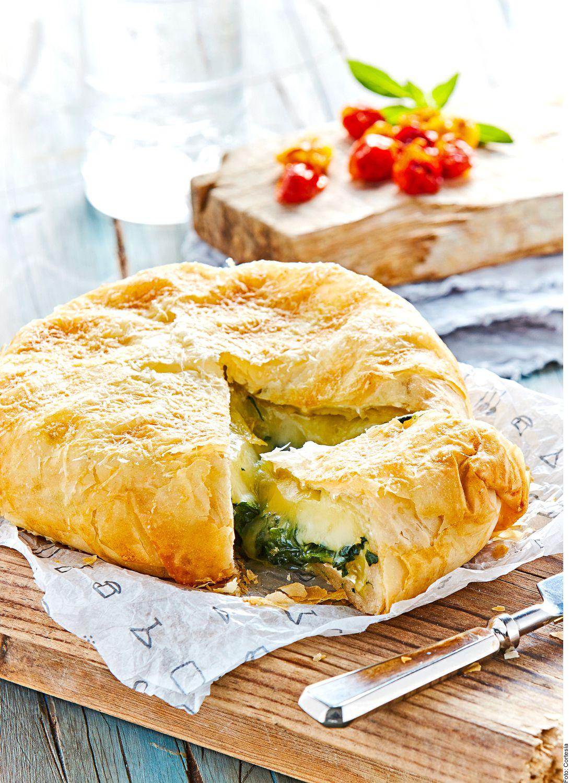 Para hacer un queso brie con espinacas en pasta filo, usted debe precalentar el horno a 180 °C. Cortar el queso por la mitad de manera transversal. Disponer las espinacas entre ambos trozos de queso.