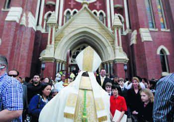Extienden dispensa para no asistir en persona a las misas dominicales en la Catedral de Guadalupe en Dallas y otros templos religiosos católicos.