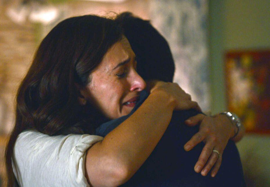 """En esta imagen proporcionada por Netflix Areli González en una escena de """"Somos."""" sobre una masacre ocurrida en México en  2011."""
