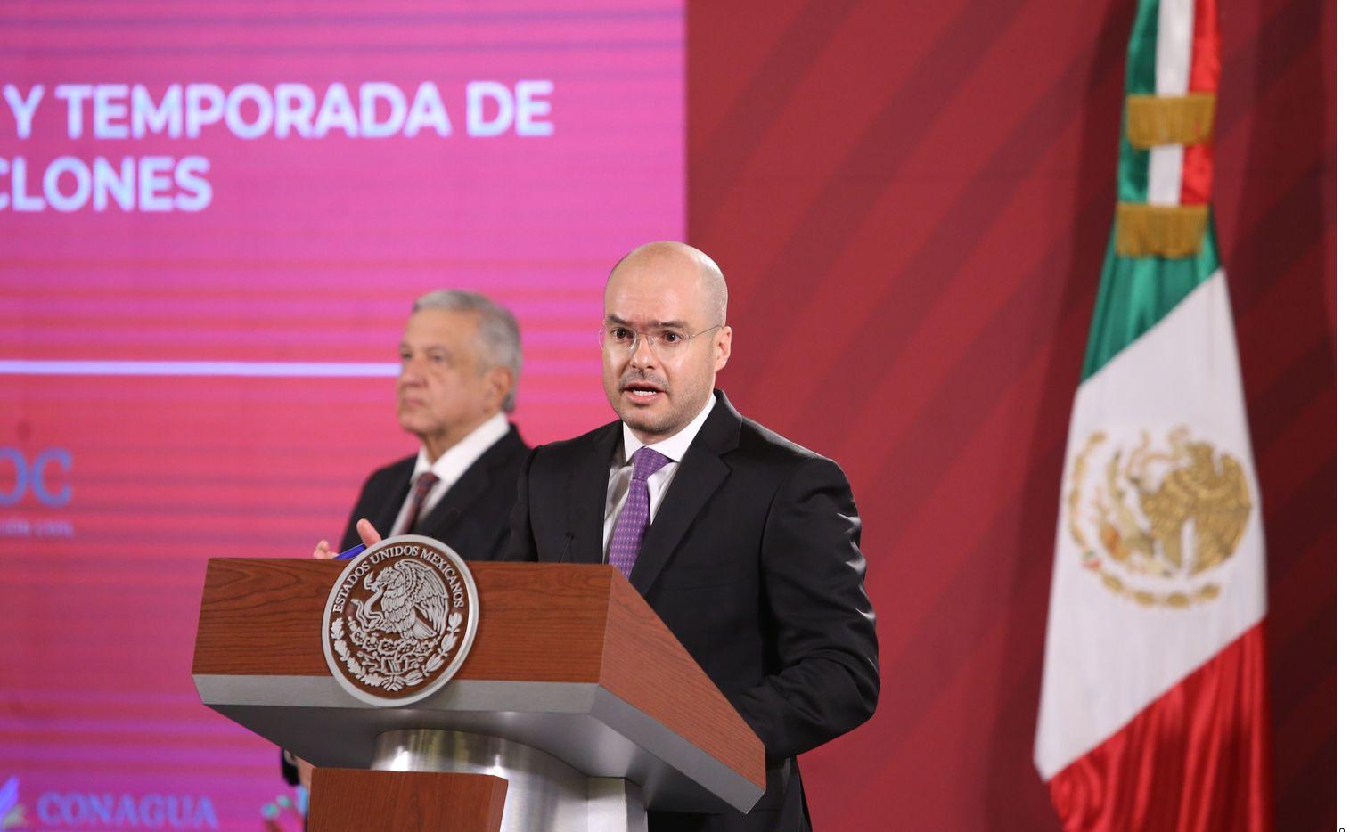 Martín Jesús López Obrador, hermano menor del presidente mexicano (foto, detrás), fue captado en un video, recibiendo dinero en 2015, de manos del exfuncionario federal David León (foto, der.).