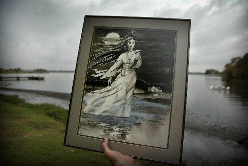 La artista Lea Ann Hudson's dibujó a la Dama del Lago. La leyenda urbana es similar al de otros lugares, pero la versión de Dallas es muy popular. Algunos han visto a la dama flotando en el White Rock Lake.