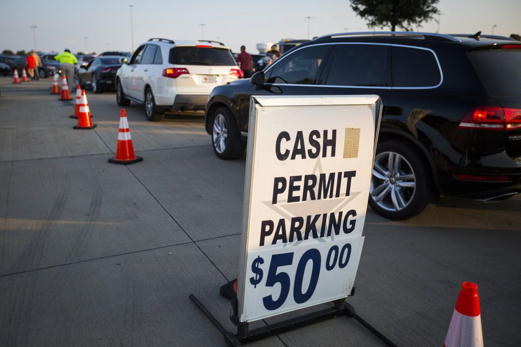 Drivers wait to pay for parking before the Rolling Stones concert at AT&T Stadium on Saturday.