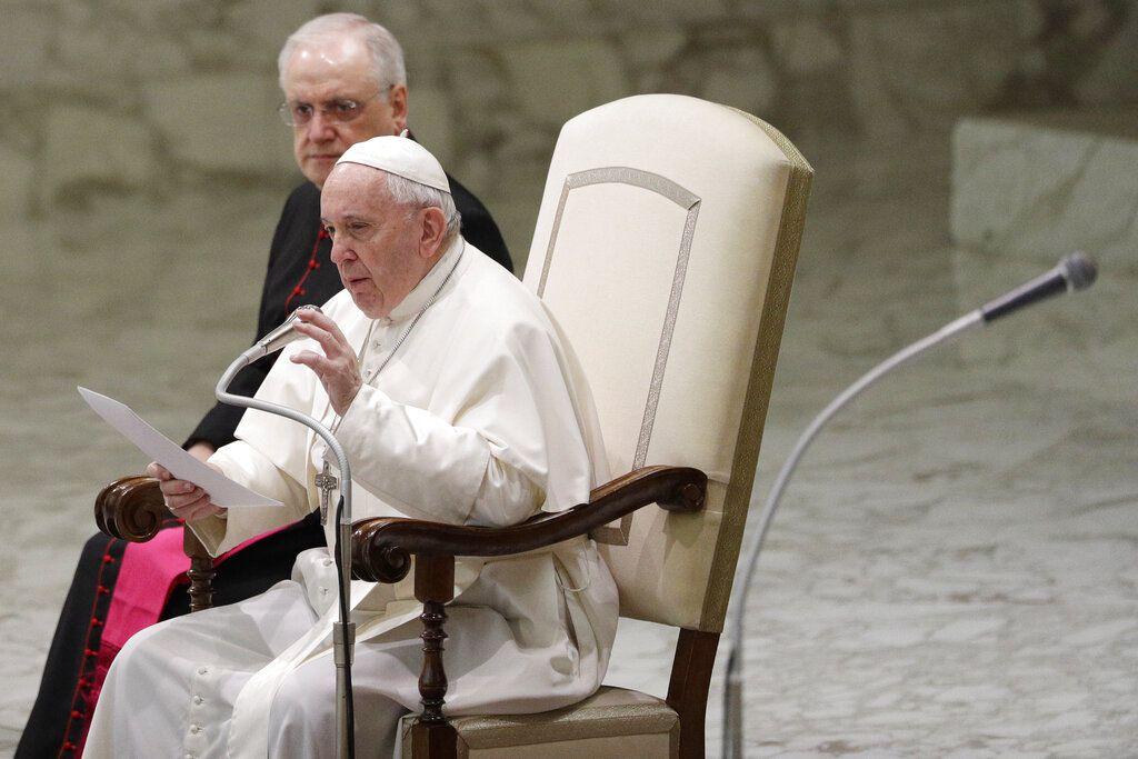 El papa Francisco lee un mensaje durante su audiencia general semanal en el Vaticano, el 12 de febrero de 2020. (AP Foto/Gregorio Borgia)