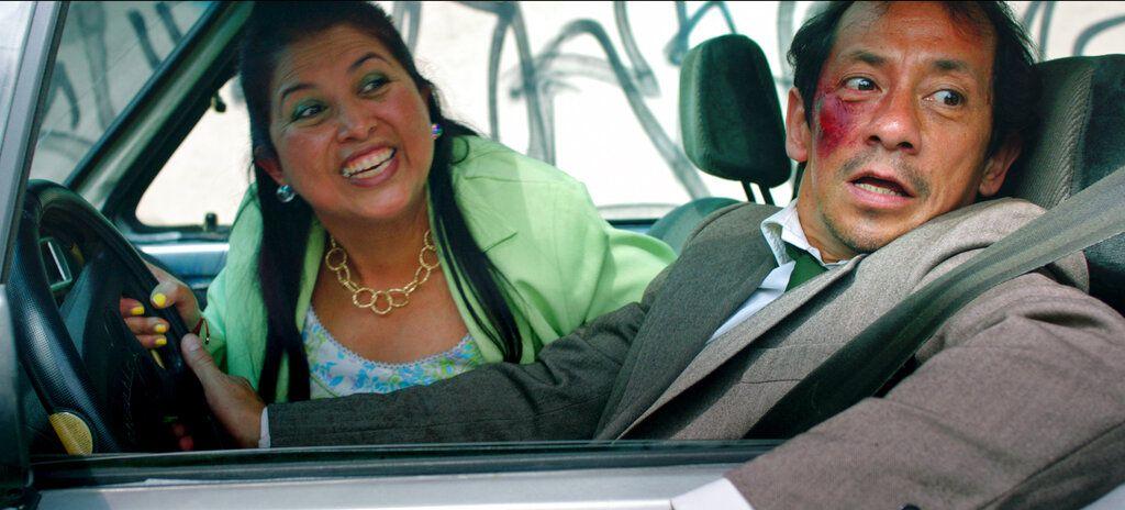 """Liliana Arriaga, izquierda, y Aarón Aguilar en una escena de la película """"Chilangolandia"""", estrenada el 16 de septiembre, en una imagen proporcionada por Cinépolis Distribución."""