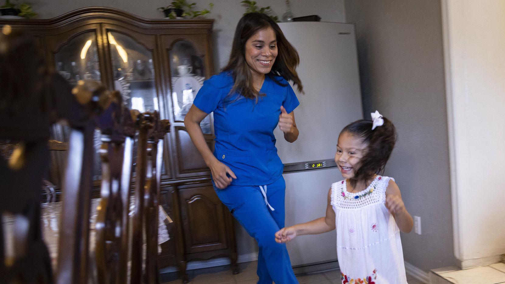 Perla Sánchez-Pérez, enfermera de cuidados intensivos en la Unidad Táctica de Covid, juega con su hija Angelina González, de 3 años. Sánchez Pérez lleva 18 meses trabajando con pacientes graves de covid-19.