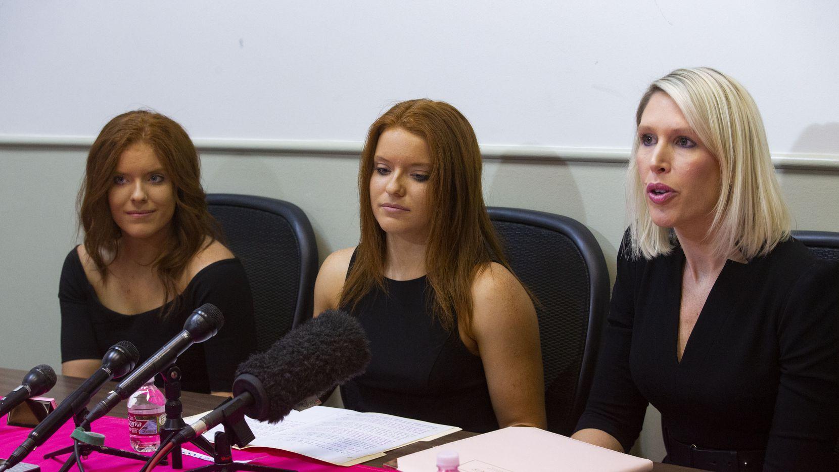 Jessica y Hannah Gerlacher junto a su abogada Michelle Simpson Tuegel (der.) durante una presentación de su demanda el lunes por la mañana.