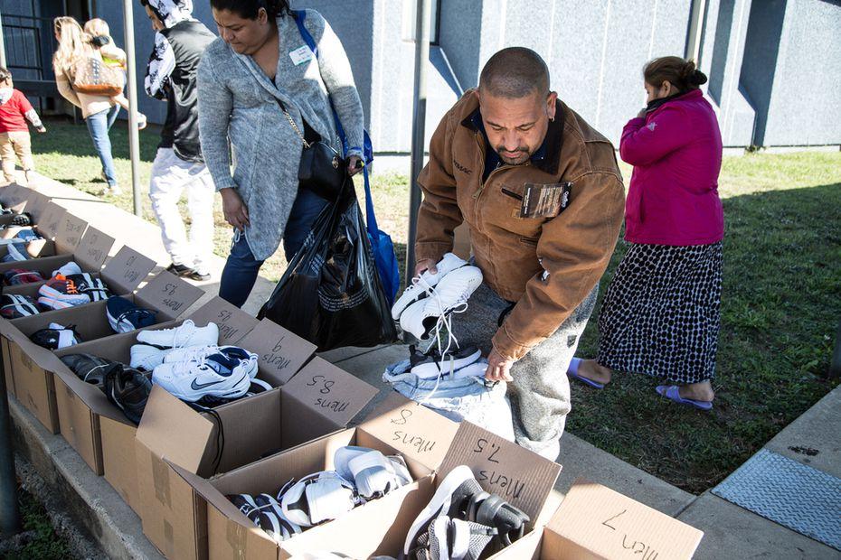 Carlos Mejía fue uno de los beneficiarios de la ayuda entregada el jueves por Buckner Family Hope Center en Bachman Lake.