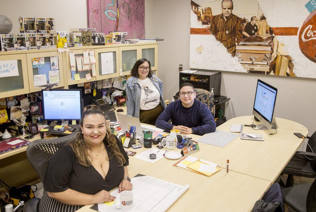 (De izq. a der.) Eva y Patricia Arreguín, y Rafael Tamayo del colectivo De Colores que ofrece un espacio para artistas latinos y miembros de la comunidad LGBT.