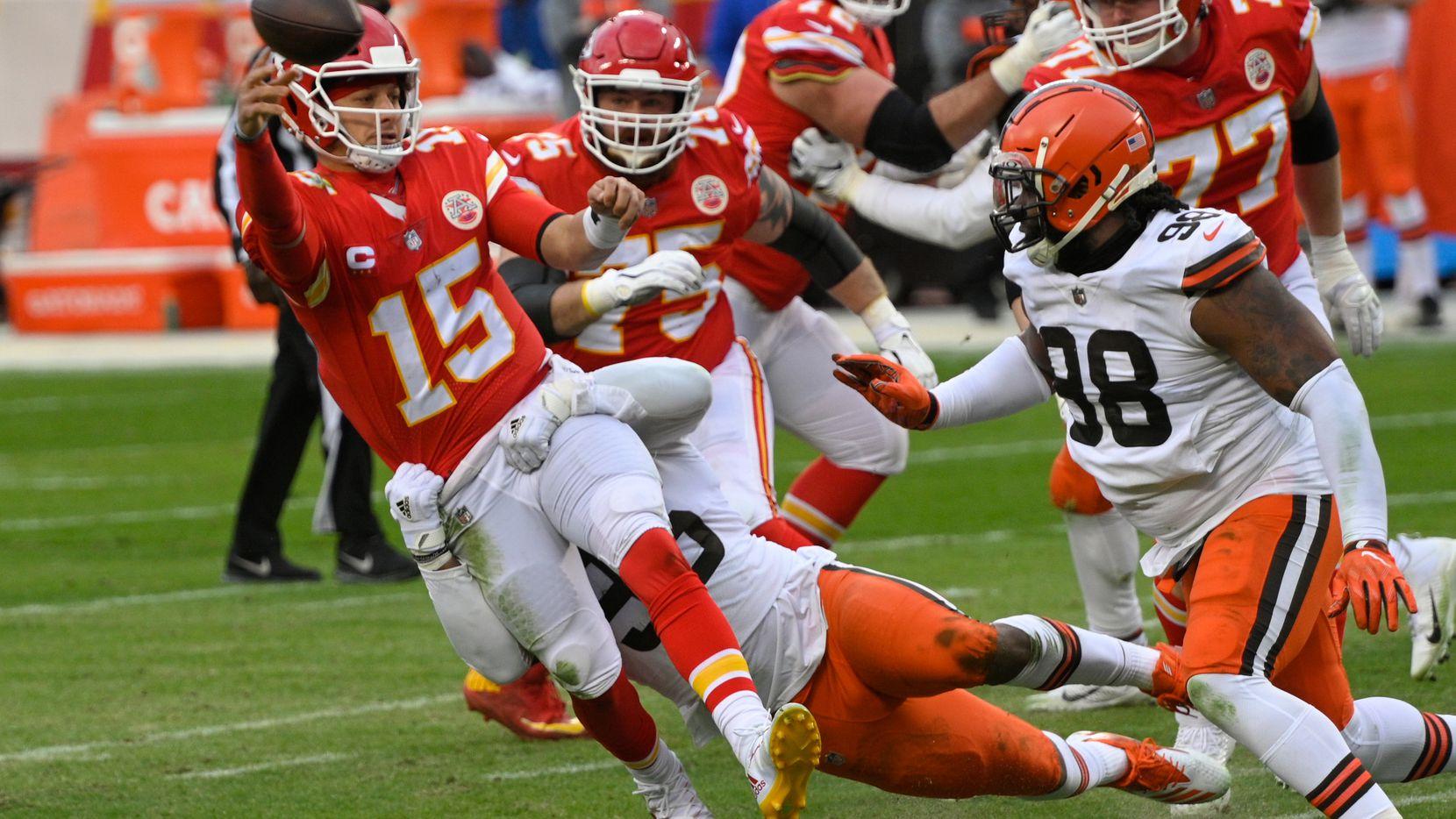 El mariscal de los Chiefs de Kansas City, Patrick Mahomes (15), lanza un pase en contra de los Browns de Cleveland, el 17 de enero de 2021 en Kansas City.