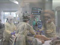 Enfermeras cuidan a un niño con covid-19 en la unidad de cuidados intensivos del Cook Children's Hospital, en Fort Worth.