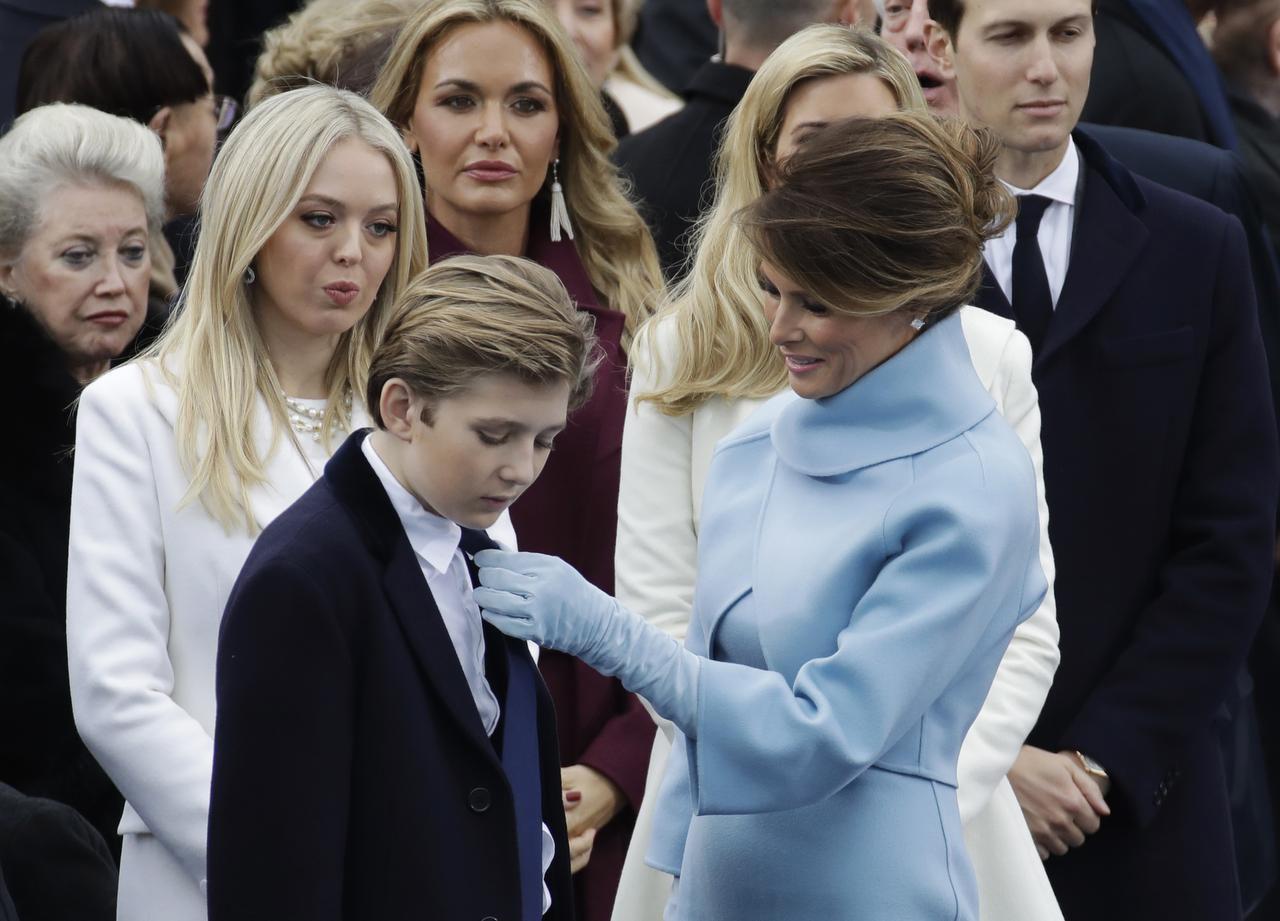 La primera dama Melania trump ajusta la corbata de su hijo Baron, antes de la ceremonia de toma de protesta de su esposo Donald trump.(AP)
