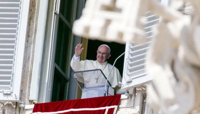 El papa Francisco saluda a los fieles desde una ventana con vista a la Plaza de San Pedro, en El Vaticano. (AP/RICARDO DE LUCA)
