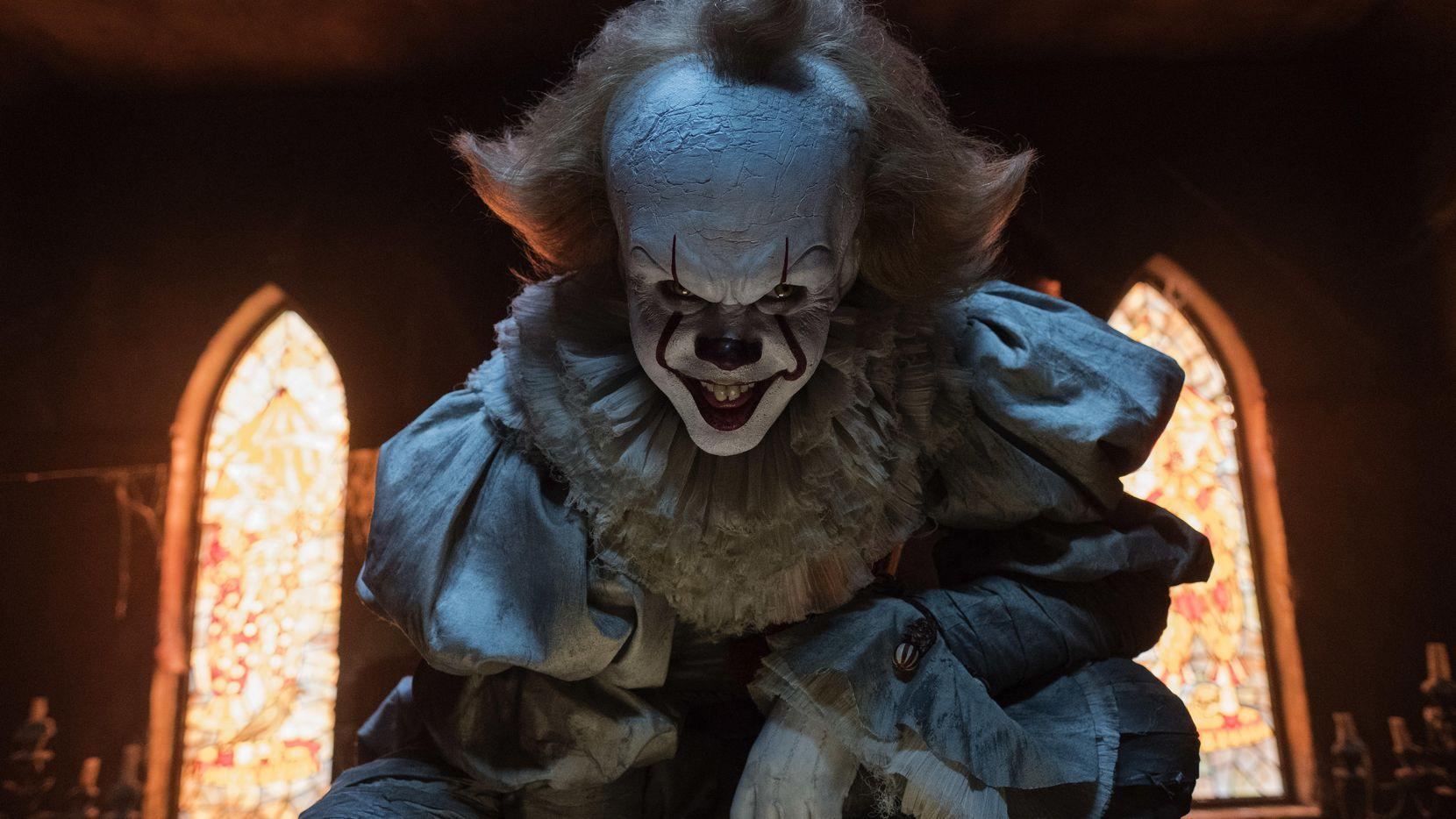 """Bill Skarsgard interpreta a un payaso diabólico en """"It"""", que se estrenó el viernes."""