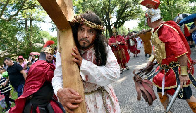 José Cruz Rodríguez representó a Jesucristo durante el Viacrucis de la parroquia St. Bernard of Clairvaux de Dallas, el Viernes Santo en 2019.