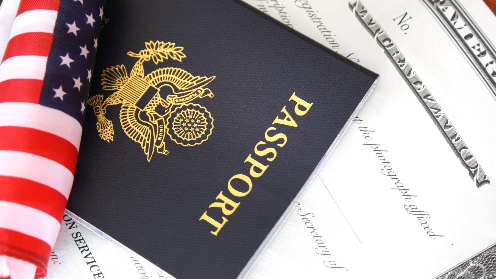 Un certificado de naturalización y un pasaporte de Estados Unidos.