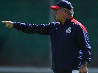 El técnico de Chivas de Guadalajara, Víctor Manuel Vucetich, prepara el duelo ante las Águilas del América.