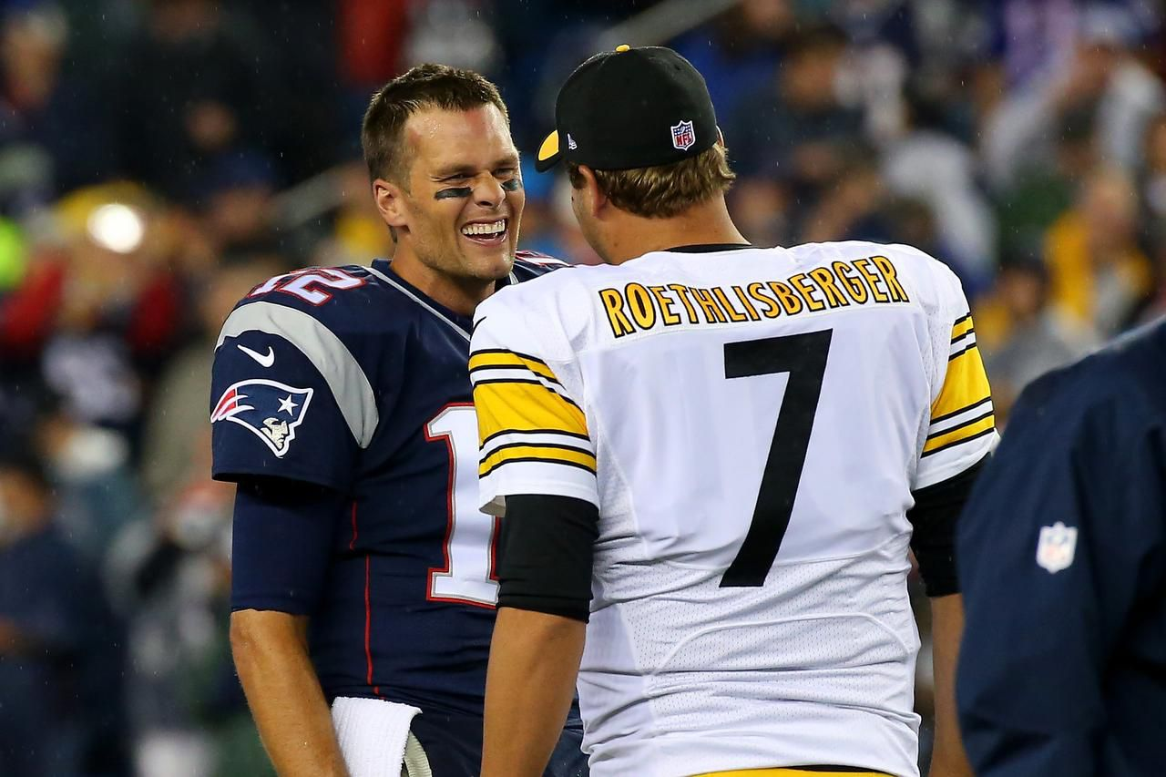 Tom Brady de los Patriots saluda a Ben Roethlisberger de los Steelers. (Getty Images/Jim Rogash)
