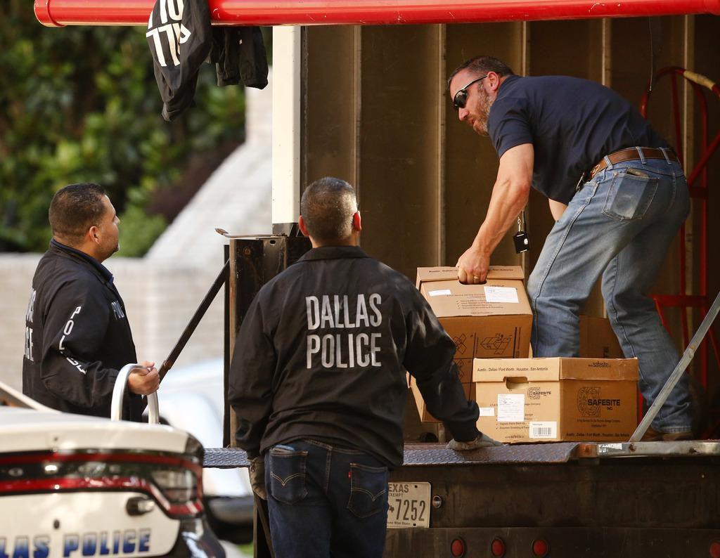 La policía de Dallas se lleva cajas de archivos luego de un allanamiento a la Diócesis Católica de Dallas. (DMN/TOM FOX)