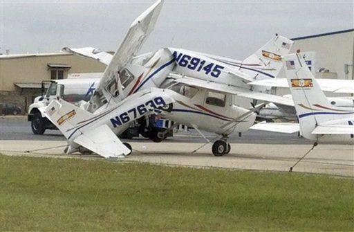 Esta foto proporcionada por el Municipio de Denton, Texas, muestra avionetas apiladas tras el paso de una tormenta en el Aeropuerto Denton Enterprise. AP