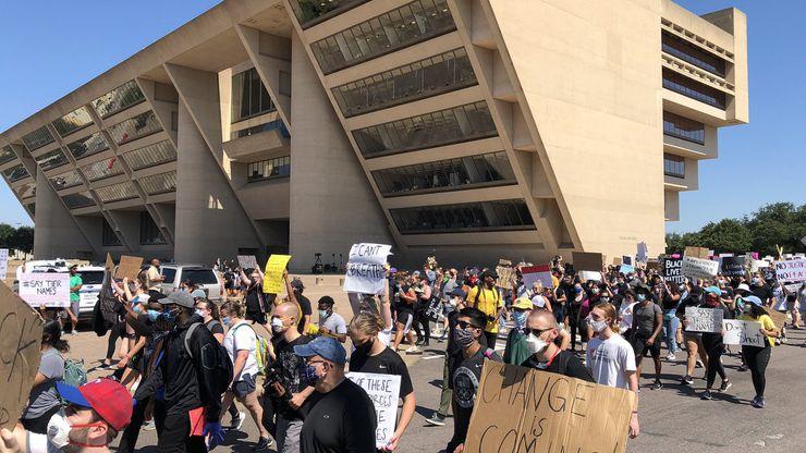 Los manifestantes llegaron hasta la alcaldía al mediodía. Allí se enteraron de que a los cuatro oficiales de Minneapolis que participaron en la muerte de George Floyd se les han levantado cargos.