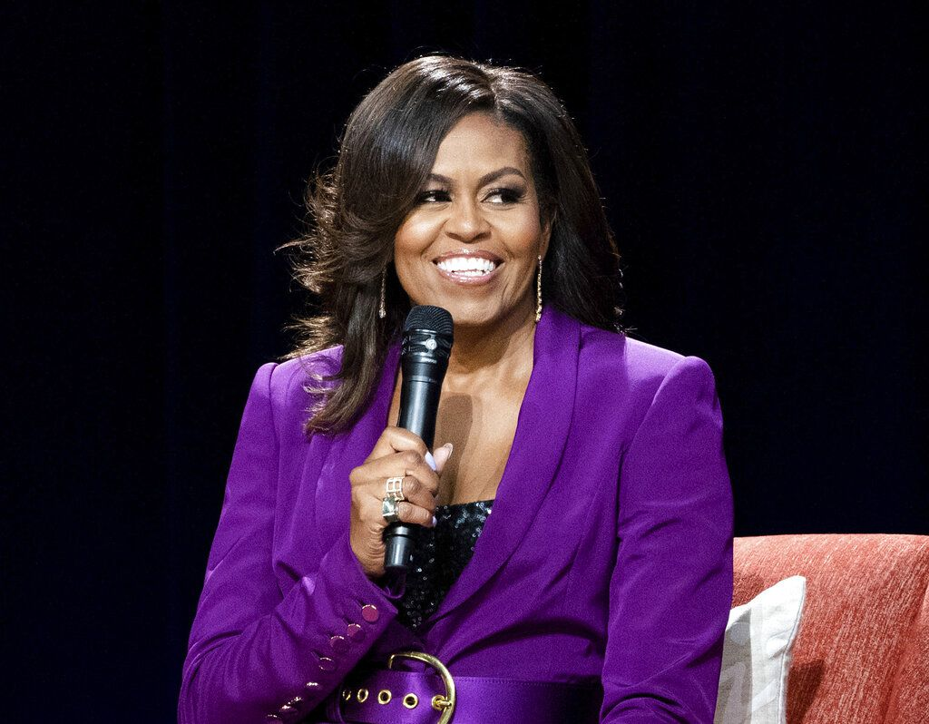 "ARCHIVO - En esta fotografía de archivo del 11 de mayo de 2019 la ex primera dama Michelle Obama durante la conferencia ""Becoming: An Intimate Conversation with Michelle Obama"" en Atlanta.  Un retrato documental de Michelle Obama titulado ""Becoming"" se estrenará en Netflix el 6 de mayo de 2020. (Foto Paul R. Giunta/Invision/AP, archivo)"