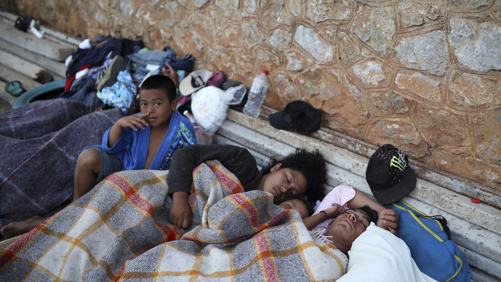 """Varios inmigrantes de Honduras se acostaron junto a la barda de un gimnasio en el pueblo de Matías Romero, al sur de México. Ellos llaman su caravana """"Estaciones de la Cruz"""" en su intento de llegar a Estados Unidos.(AP)"""