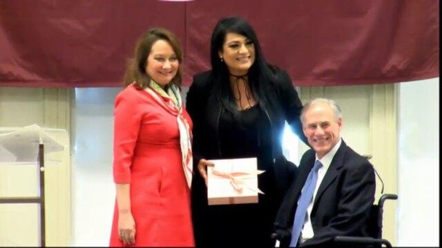 Suzette Quintanilla acepta el honor de su hermana en Denton, Texas el 21 de octubre 21.