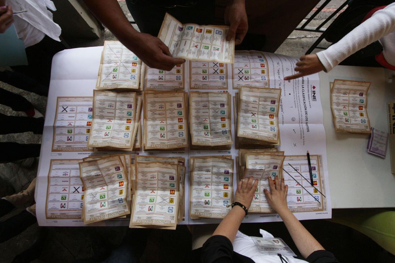 Los funcionarios electorales cuentan votos en un colegio electoral el 7 de junio de 2019 en Uruapan, en Michoacán, México. Ahora se pueden solicitar desde fuera de México las credenciales para votar.