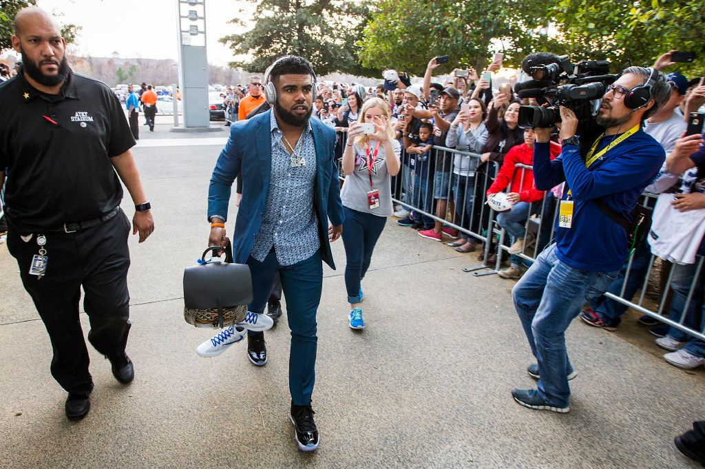 Fans cheer Dallas Cowboys running back Ezekiel Elliott as he arrives at the stadium before an NFL football game against the Detroit Lions at AT&T Stadium on Monday, Dec. 26, 2016, in Arlington, Texas. (Smiley N. Pool/The Dallas Morning News)