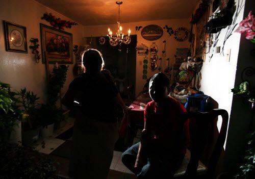 María Guzmán intenta adoptar a su nieto para evitar que sea deportado a El Salvador, en donde asegura lo perseguían pandillas. BEN TORRES/ESPECIAL PARA AL DÍA
